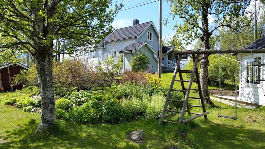 Cosy room in nice house with big garden - Tromsø - Casa