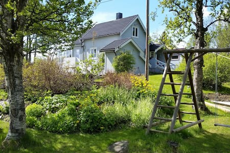 Cosy room in nice house with big garden - Tromsø
