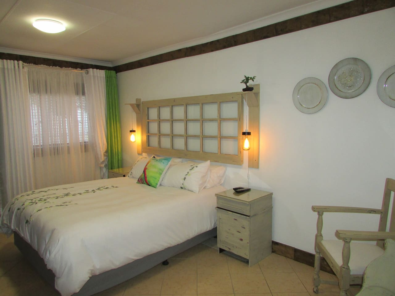 Spacious room with double bed, en-suite bathroom and TV with DSTV - own entrance