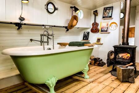 Woonboot bij eiland De Woude. Vlakbij Amsterdam