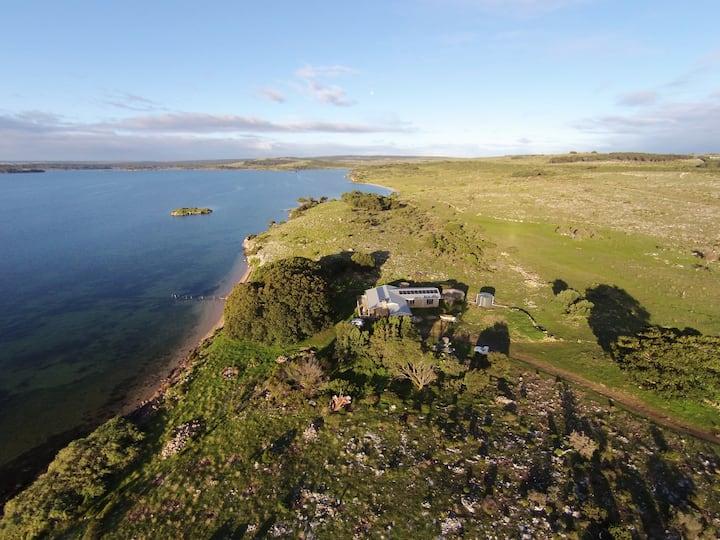Ratcliff Cottage -Waterfront Hideway on 100 acres