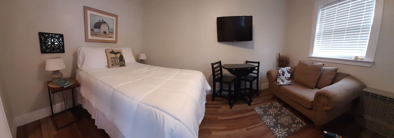 Newly renovated studio apartment! Private entrance