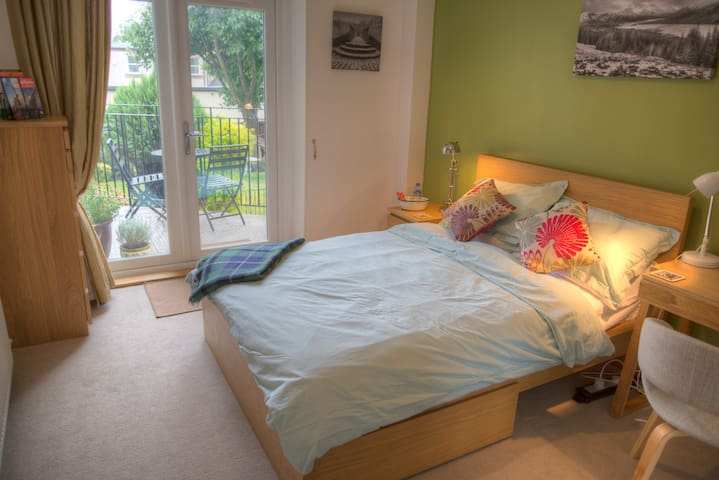 Double room w/ ensuite & balcony in the West End