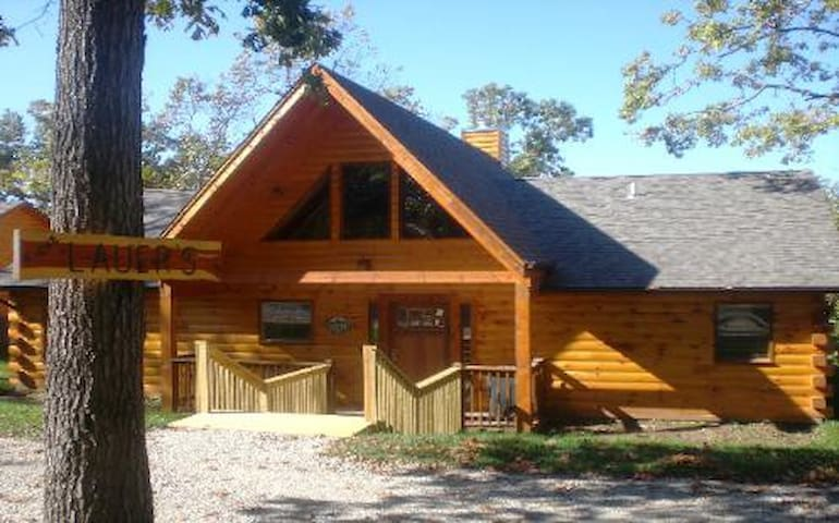 Cross Timber Lodge- 3 bdrm & loft & game tables  & Hot Tub- Best Views in area!
