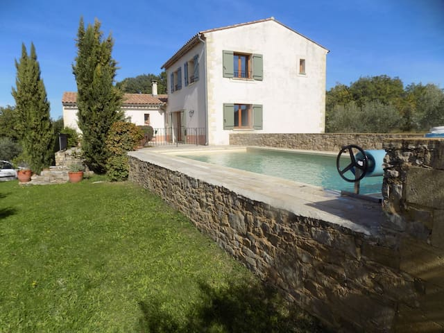 Mas surrounded by vineyards - Uzès - House