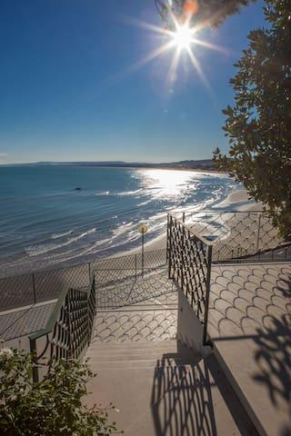 Lo spazio esterno è dotato di due ampie terrazze dove è possibile rilassarsi al sole o dedicarsi alla lettura, godendo della vista del golfo.