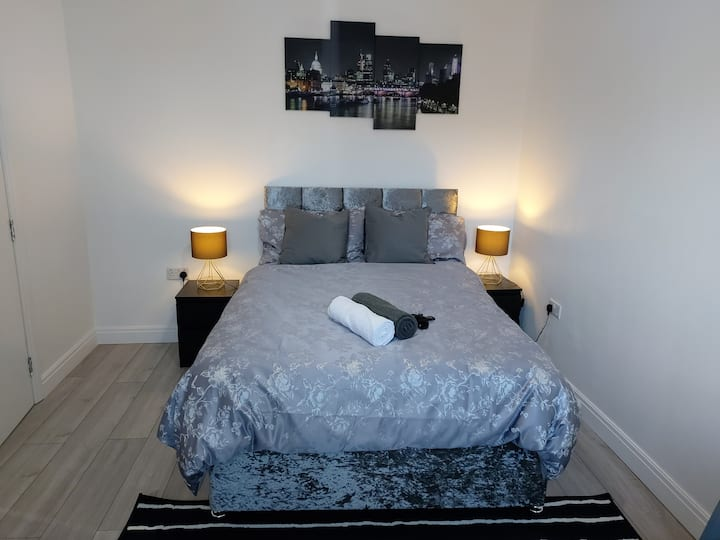 Modern & Artistic Double Bed-En-Suite & Parking