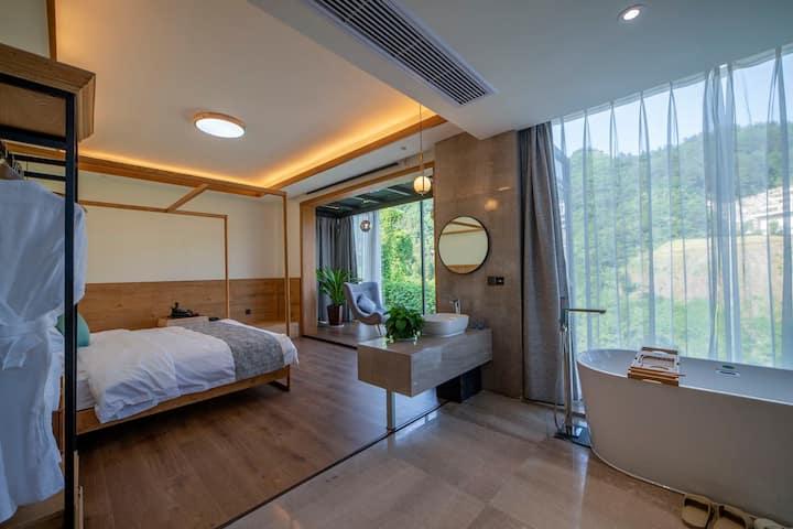 临水大床房,独立浴缸电动窗帘投影仪,湖景山景落地玻璃窗,位于森林公园与天门山中心位置,免费早餐。