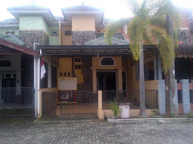 HOUSE IN MEDAN - month/year rent - Medan - Casa