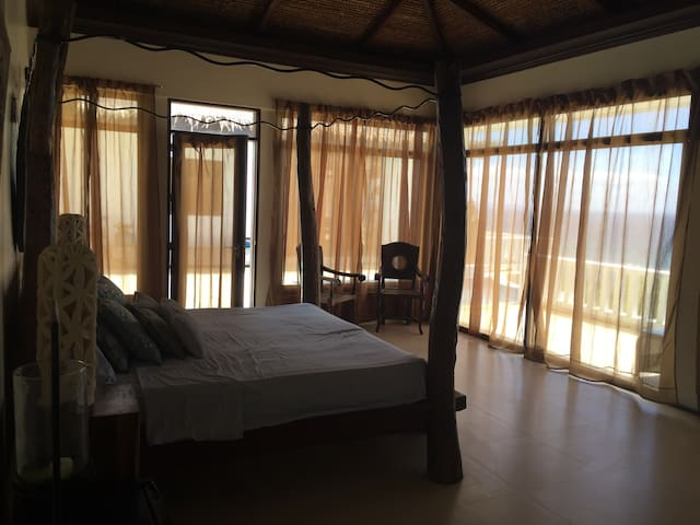 Masters Bdrm on a cliff - Calatagan - Bed & Breakfast
