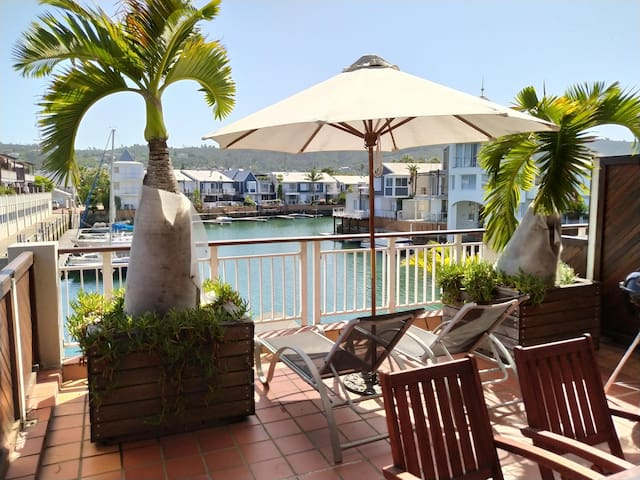 Harry's Waterfront Apartment + Large Patio On The Water ♥ NEW LISTING ♥
