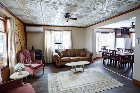 Restored 1930s Apartment - NEAR SNOWMOBILE TRAILS