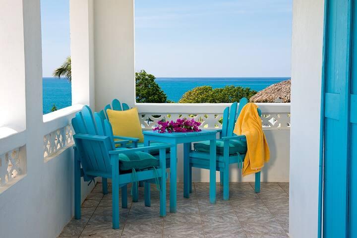 Likkle Bigga-Kitchen, AC, Beach, 5 guests