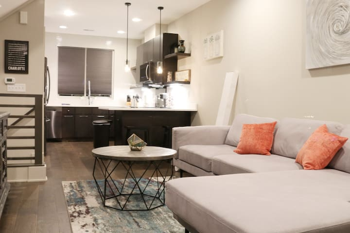 NEW Luxurious and Cozy Townhome in Southend!