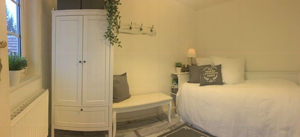 ...Schlafzimmer 3 mit einem Bett zum Ausziehen....in dem dann 2 Personen schlafen können.