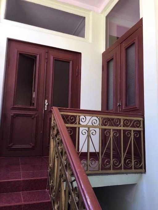 двери на право в отдельную ,,уютную квартиру г. Батуми''    на лево - выходишь на балкон