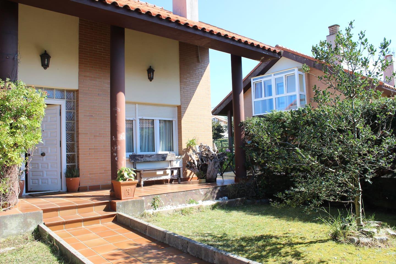 Chalet unifamiliar independiente en zona residencial de Santander, a 15 minutos andando a la playa Virgen del Mar y a 10 en coche y 15 en Bus