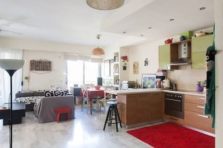 comfortable room in spacious & sunnny apartment - Athens