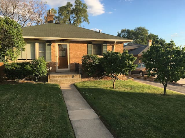 Couch Stay in Chi Burbs by Metra - Downers Grove - Casa