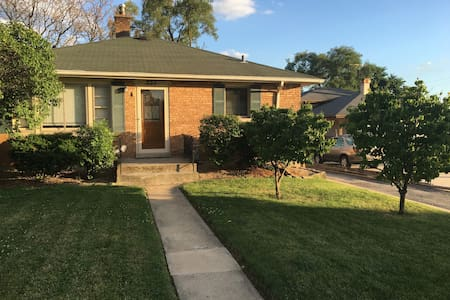 Couch Stay in Chi Burbs by Metra - Downers Grove - 独立屋