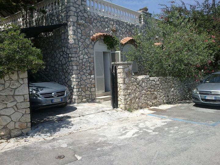 Casa in pietra sul mare di Castro.