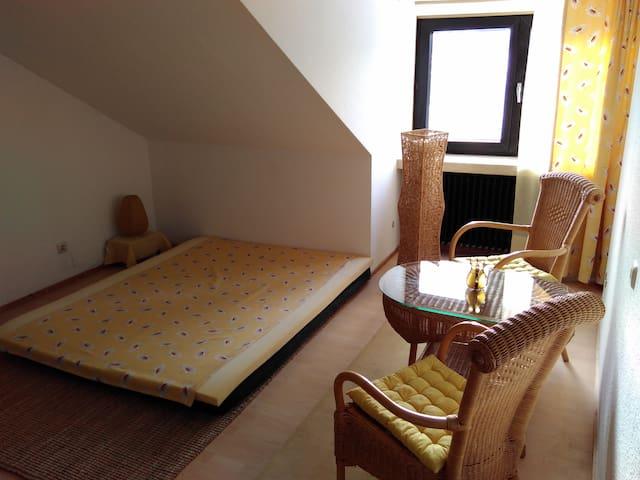"""Zimmer mit Aussicht im """"Bed&Breakfast Rhöndistel"""""""