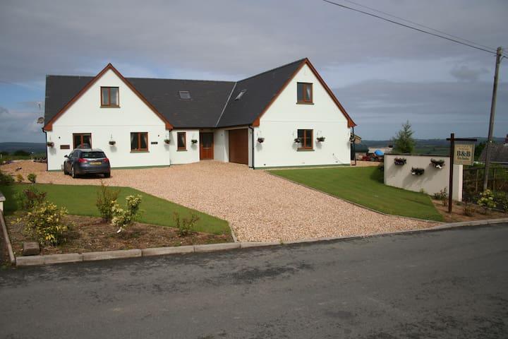 Golygfa'r Mynydd, Bancyffordd, Llandysul SA44 4RZ - Bancyffordd - Bed & Breakfast