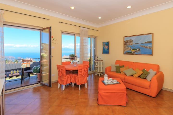 CATELU 2 - central apt opposite the Bay of Naples