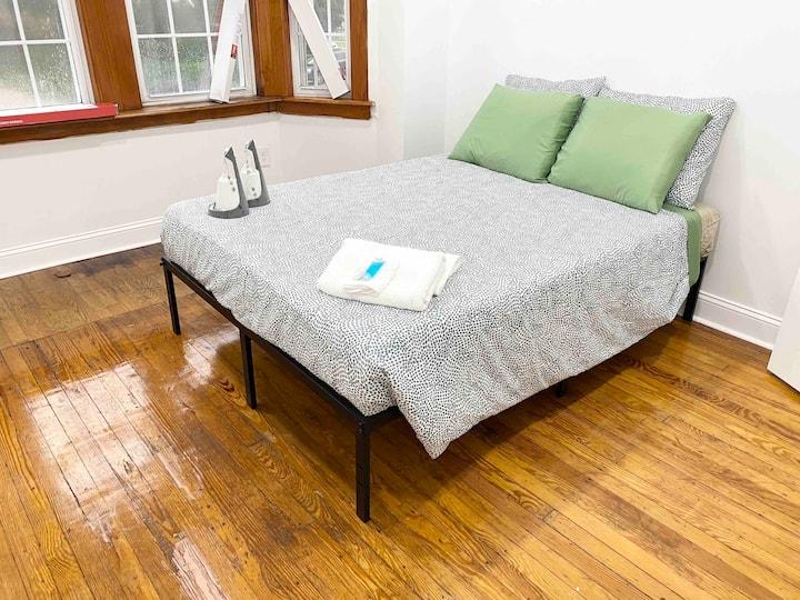 Cozy quiet room w/easy access to Center City