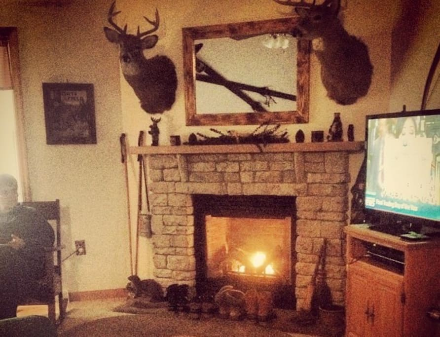 Fireplace in living room. 5 TVs throughout the house. WiFi, cable, Roku (with Netflix, AmazonPrime, Hulu, HBO etc.)