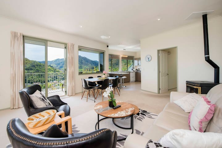 Hilltop Getaway - Nelson Holiday Home