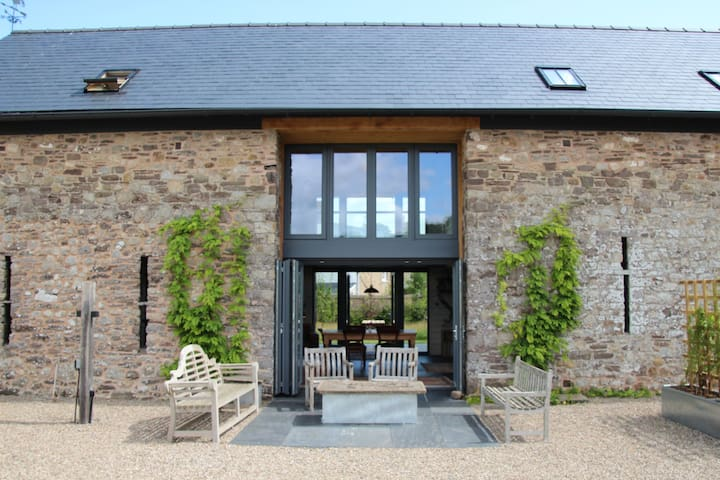 Magical Spacious Brecon Beacons Eco-barn.Sleeps 8+