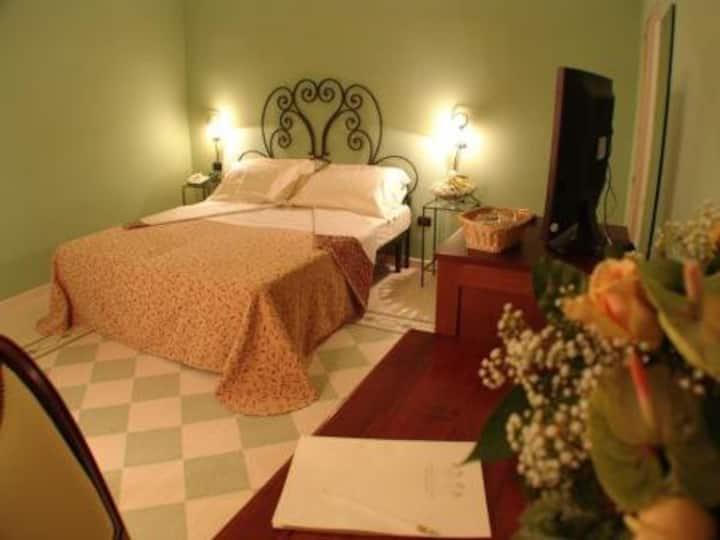 Dormitorio principal con vista al mar en Masseria Donnaloia.