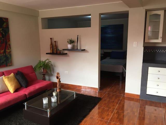 Sala, comedor,  y cocina en el mismo ambiente, dormitorios con baño separado por medía pared