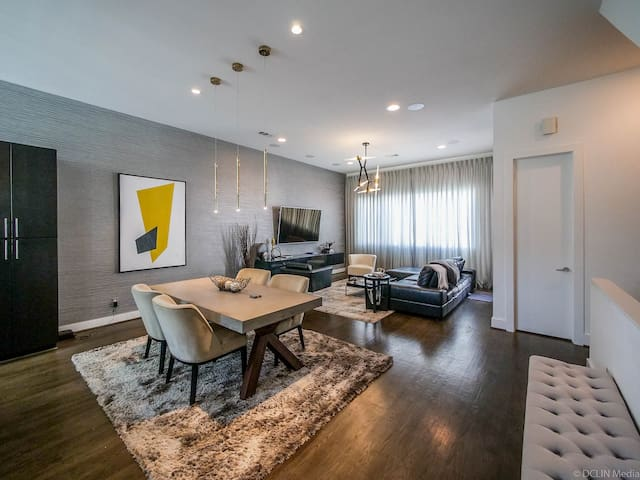 Modern 3 bed, 3.5 bath luxury downtown living