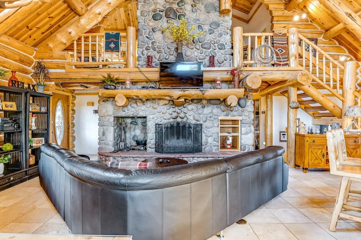 Lux lodge w/ amazing mountain view, hot tub, game room & deck - near golf, more