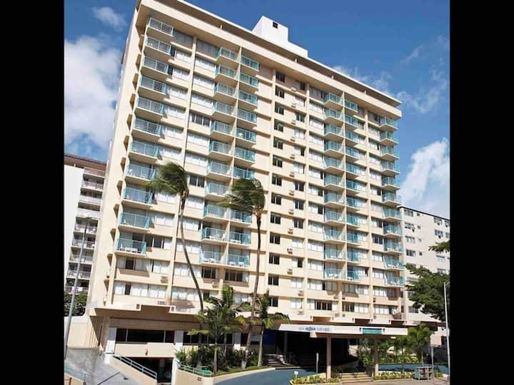 Heart of Waikiki - shopping, beaches, restaurants!