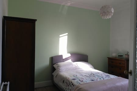 Large double room in modern flat overlooking park