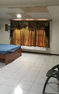 Masterbedroom met gordijnen view