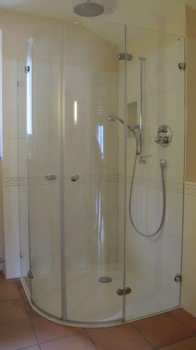 Dusche mit Regenbrause