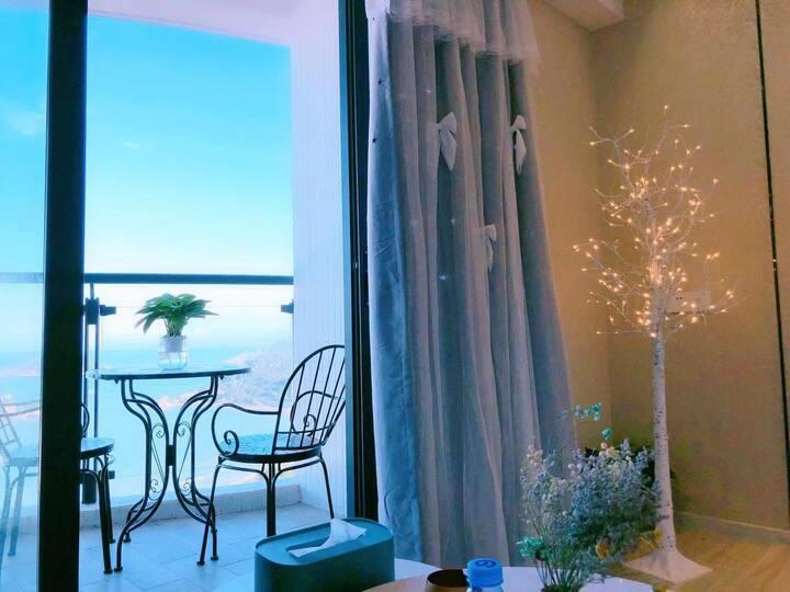 南澳青澳湾高层海景公寓,直面观海观日出,临近自然之门。公交直达,楼下海鲜美食一条街。房间百寸高清投影
