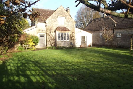 CHARMING COTTAGE IN PICTURESQUE SOMERSET VILLAGE
