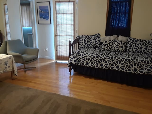 Clean studio w/2 beds, private entry & bthrm. Pool
