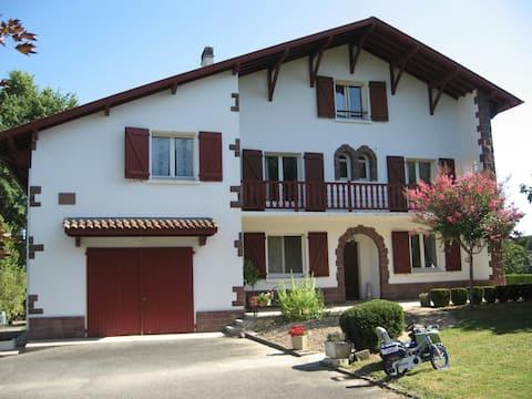 Appartement mitoyen d'une villa basque au calme