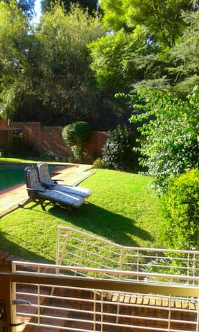 JEDS- Joburg lovely guest house cottage with pool - Sandton