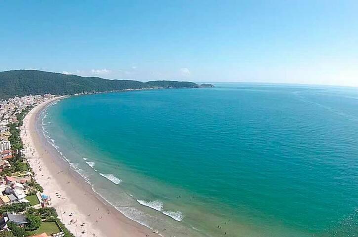 Quarto em Praia de Bombas a 500 metros da praia