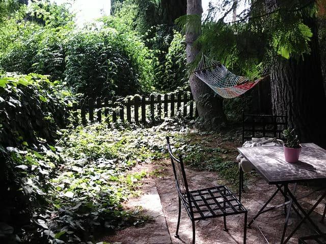 Acogedor apartamento con jardín.