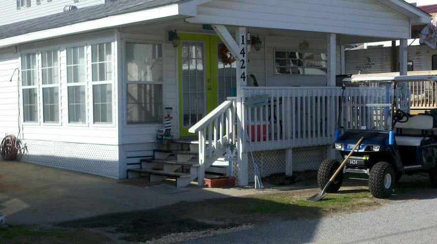 Cozy 4 BR, 300 yards to the beach, Pet friendly!
