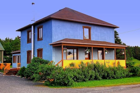 Gîte La Maison Bleue -Sainte-Flavie - Sainte-Flavie - Bed & Breakfast