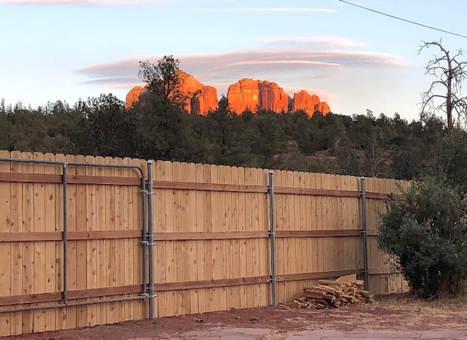 Pet Friendly! Trail head loft. Cathedral rock.